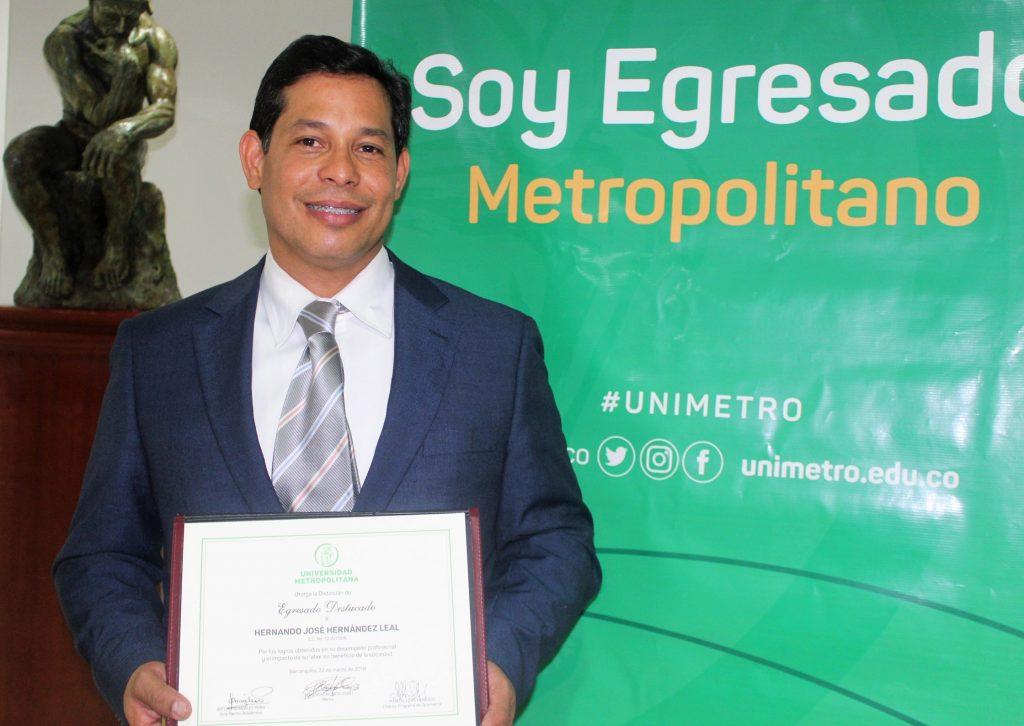 Programa de Optometría destaca labor científica del egresado Hernando Hernández